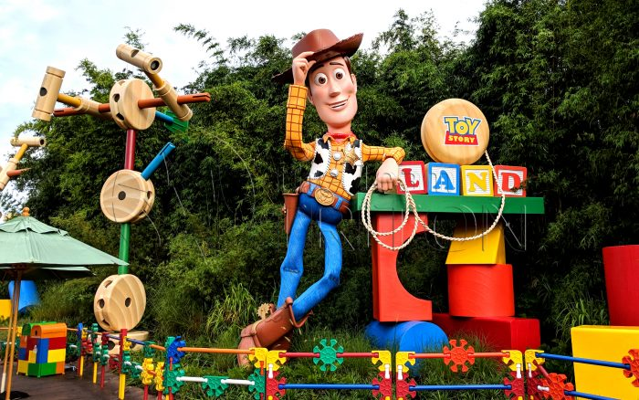 Toy-Story-Land-Props-area-entrance-Woody-001